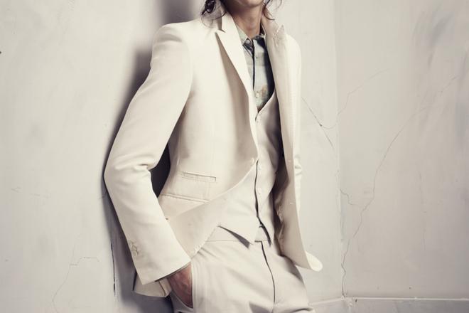 Бял мъжки костюм от Conscious Exclusive